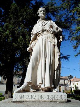 800px-Estatua_del_Cardenal_Cisneros