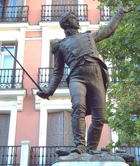 Estatua en bronce del teniente de infantería JACINTO RUIZ MENDOZA (1779–1809) en la Plaza del Rey de Madrid (España). 2,60 metros de altura. Parte del monumento realizado en mármol y bronce por el escultor Mariano Benlliure (1862–1947) e inaugurado en 1891.