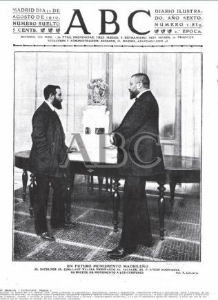 Coullaut Valera enseña el monumento al alcalde de Madrid Francos Rodríguez. Fuente: ABC