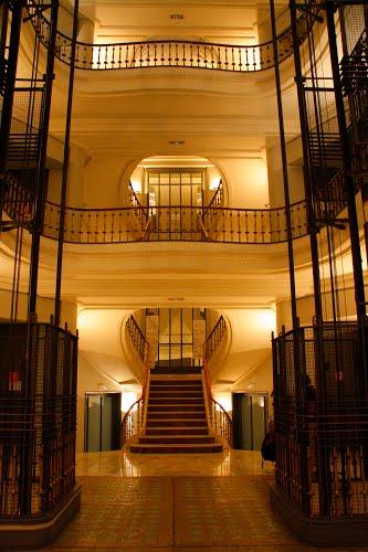 Escalera de acceso y ascensores. Foto: Madrid en foto
