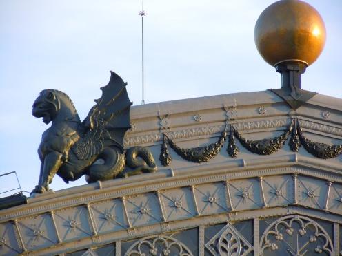 Remate de la fachada principal. Foto: seordelbiombo (blog)